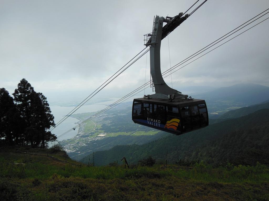 頂上から撮った琵琶湖とロープウェイ混合の風景です。 山頂は涼しいですね。 今日の目的はこれではありません。  ここからジャイアント(心臓破りの坂)を下山して行き
