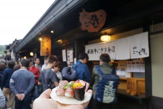 飛騨高山の城下町古い町並みは飛騨牛などの食べ歩きで有名です。1日あればお腹いっぱいになるまで食べれます。お金も減ります。